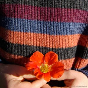 Zoom Manitober_pull-enfant-laine-recyclee_rayures-orange-bleu-gris-rouge