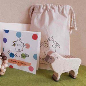 mouton en bois et pochette cadeau